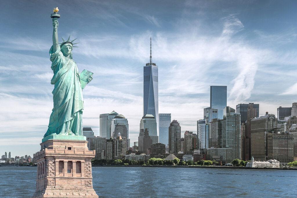 Frihetsgudinnan och New Yorks skyline.