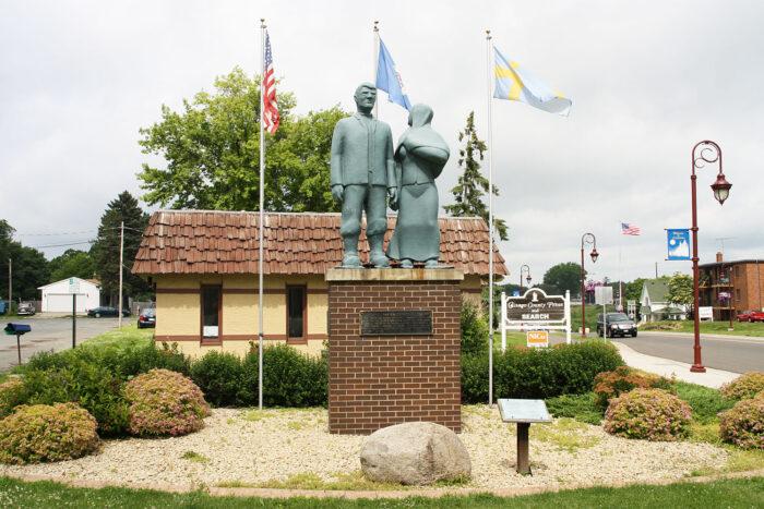 Statyer av Karl Oskar och Kristina i Lindstrom, Minnesota.