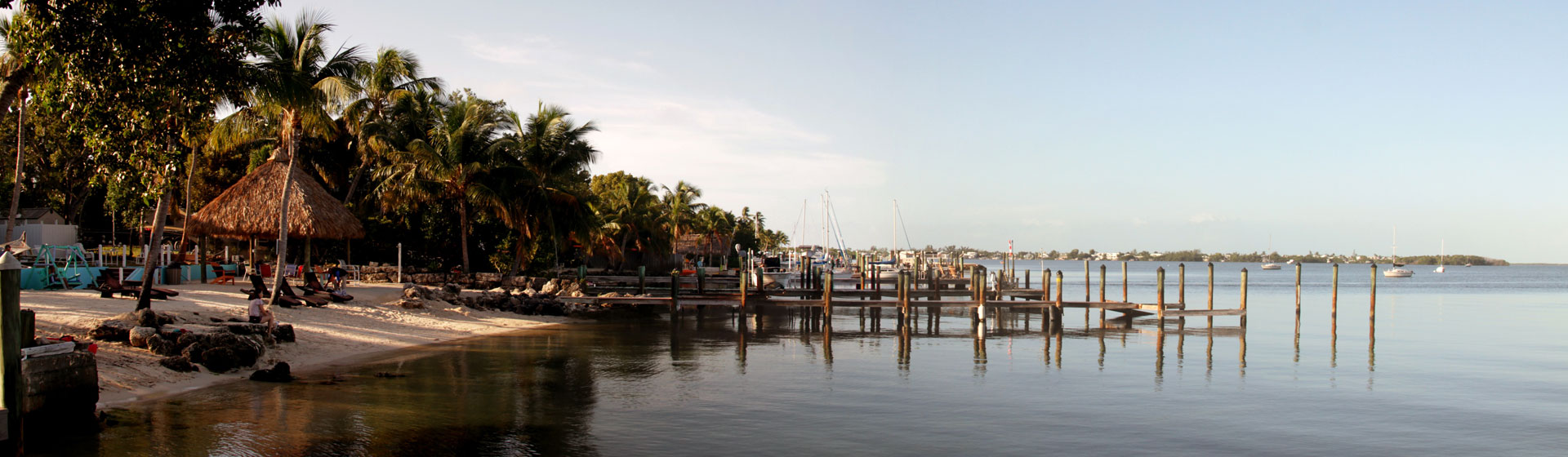Strandvy med bryggor ut i havet i Florida.
