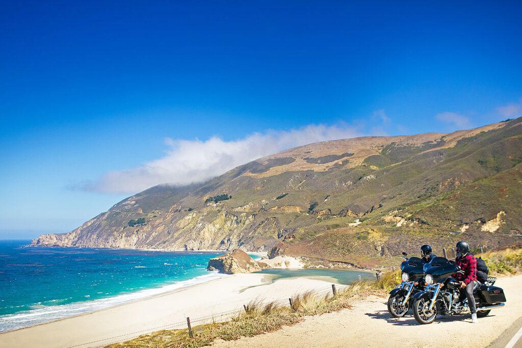 Motorcyklar vid Kaliforniens kust.