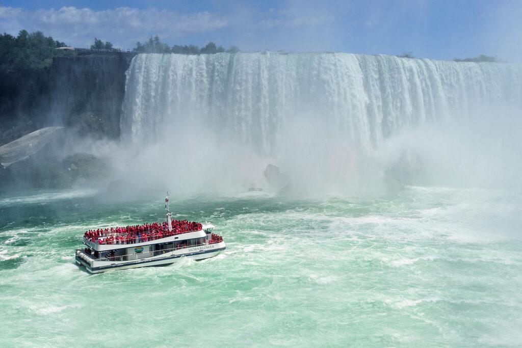 Niagarafallen, båttur med Hornblower fram till vattenfallen.