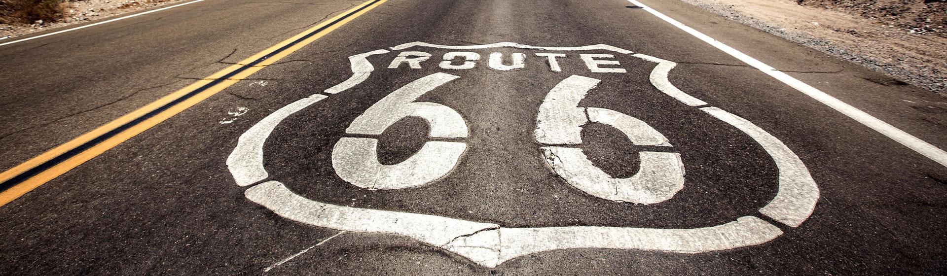 Asfaltsväg med Route 66 skrivet på vägen.