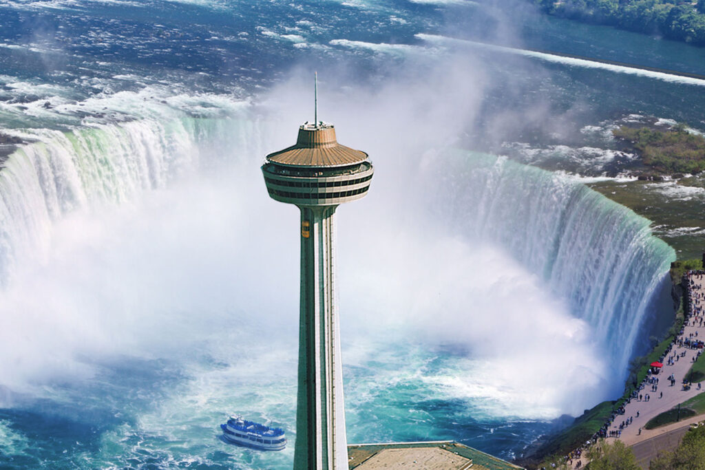 Vy över Niagarafallen med Skylon Tower, utkiksplatser och Hornblower båttur.