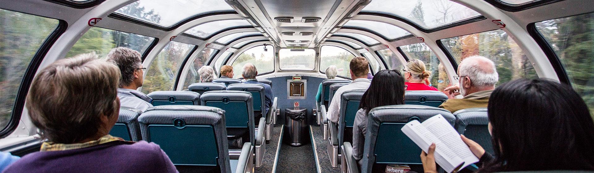 Tågvagn med panoramafönster i Kanada.