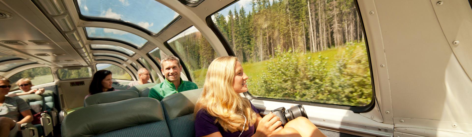 Utsiktsvagn på VIA Rail tåg genom British Columbia i Kanada.