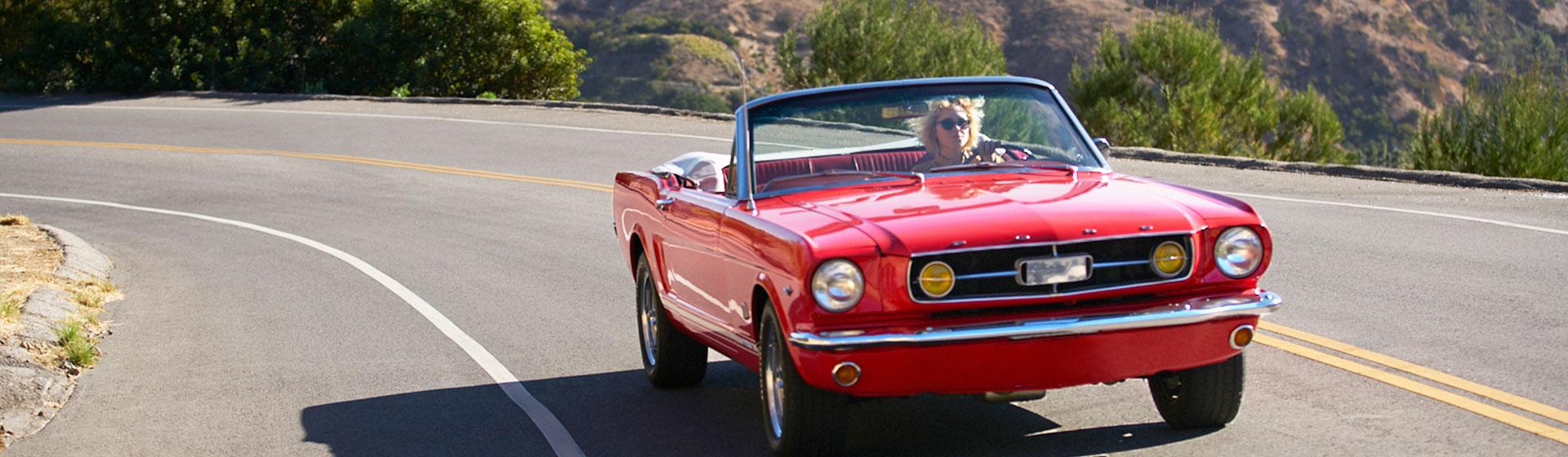 Mustang on the road, Los Angeles, Kalifornien.