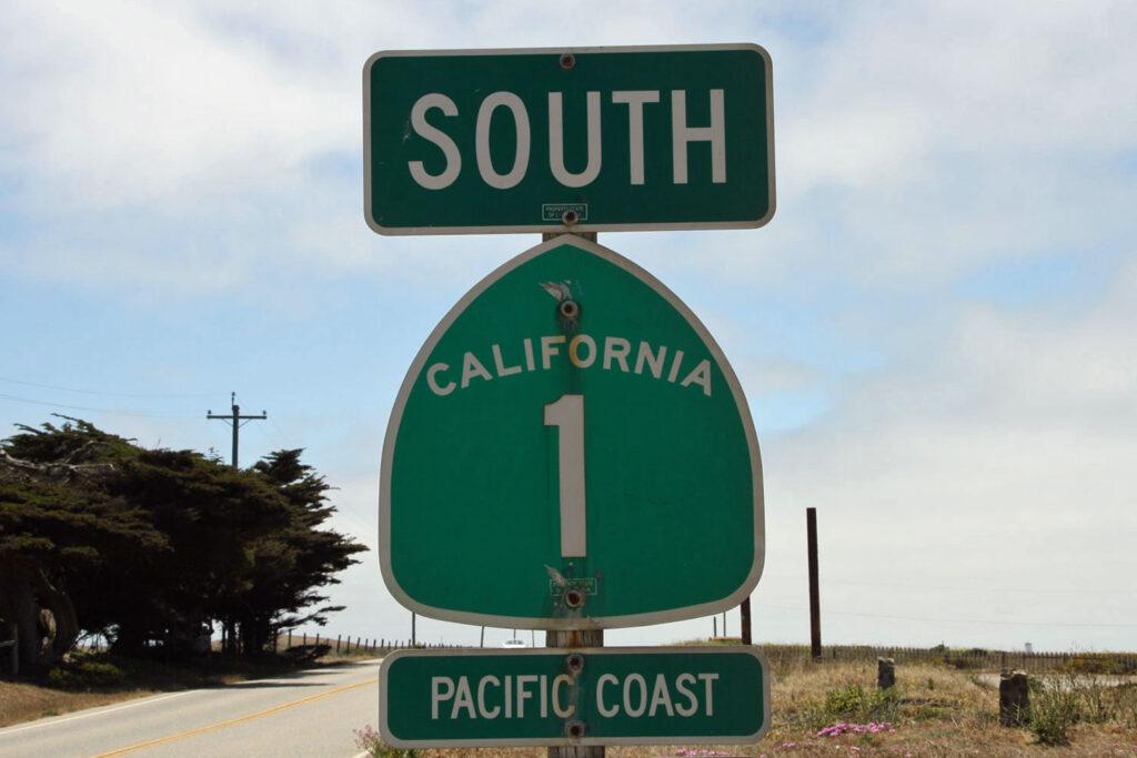 Highway-skylt 1 längs Kaliforniens västkust.